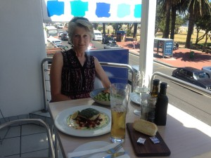 Sunday lunch at the Blues Restaurant in Camps Bay: Yellowtail fish for Rudy, prawns with risotto for Sue.